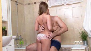 La teen russe Alessandra Jane se fait baiser dans une chatte chaude